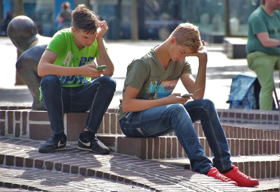 Jongeren met een smartphone Praatjes enzo